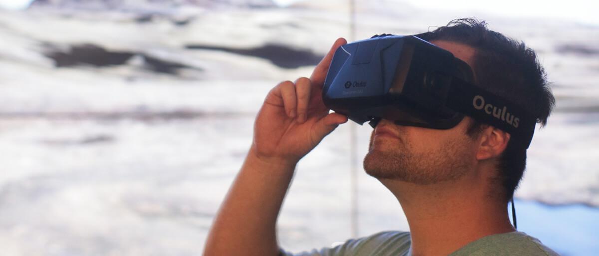 Communication student using Oculus Rift